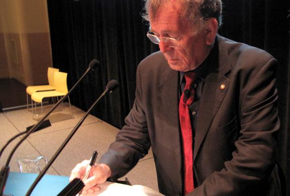 Gehl signing books at DX