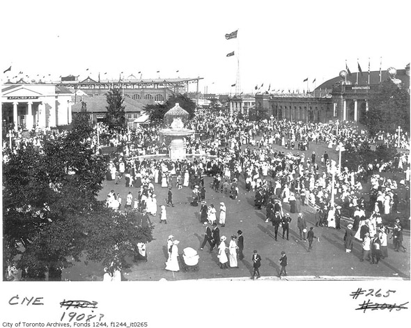 201188-CNE-fountain-crowds-1908-f1244_it0265.jpg
