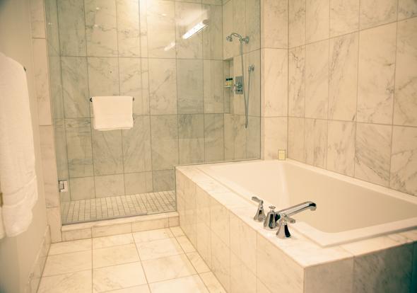 2012-aug15-trumphotel-tub.jpg