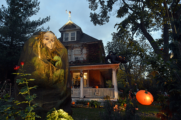 Events in toronto this house has won halloween in toronto - Halloween decorations toronto ...