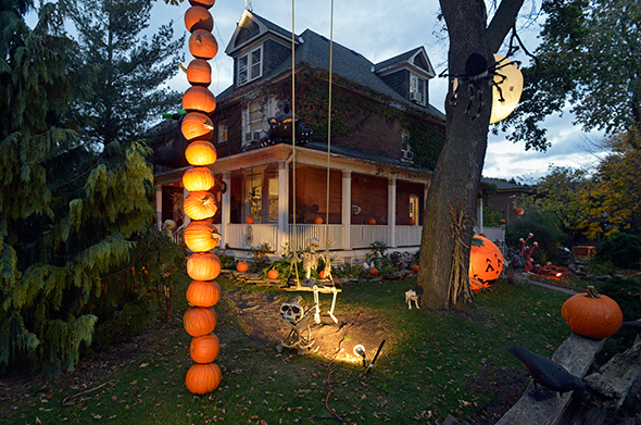 This house has won halloween in toronto - Halloween decorations toronto ...