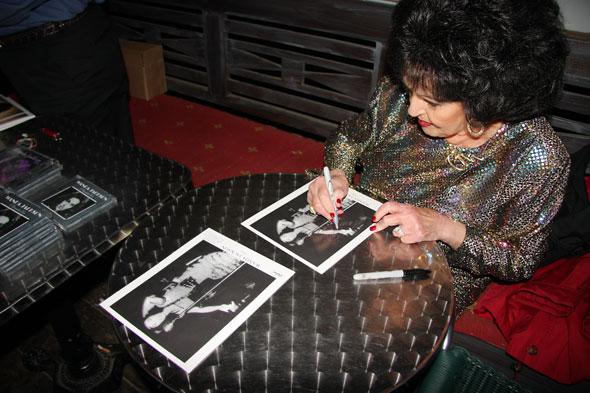 Wanda Jackson signing autographs