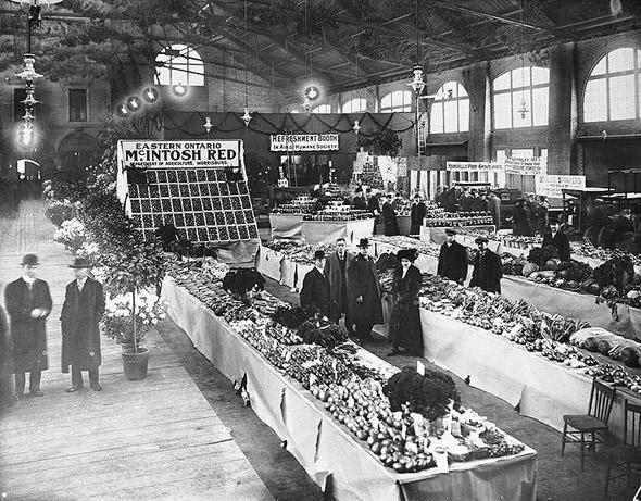 20101227-1904-st._Lawrence_Market,_flower_and_fruit_show.jpg