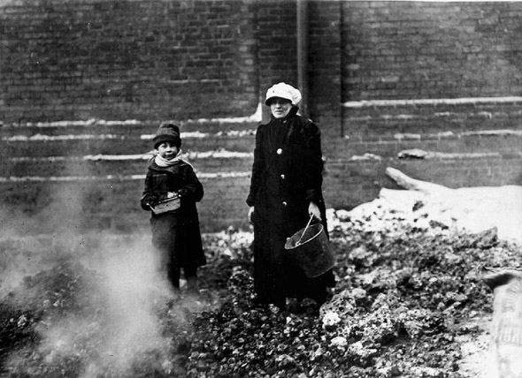 20101227-1909-Child_and_adult_collecting_coal_or_coke.jpg