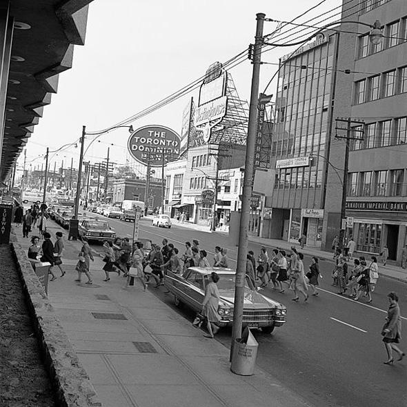 201012290-1960sYonge_Street_outside_Eglinton_station_Toronto_1963.jpg