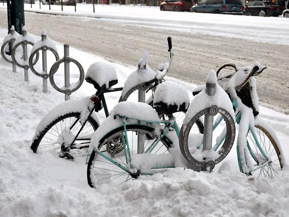 20110109-snow_uncle_bikes.jpg