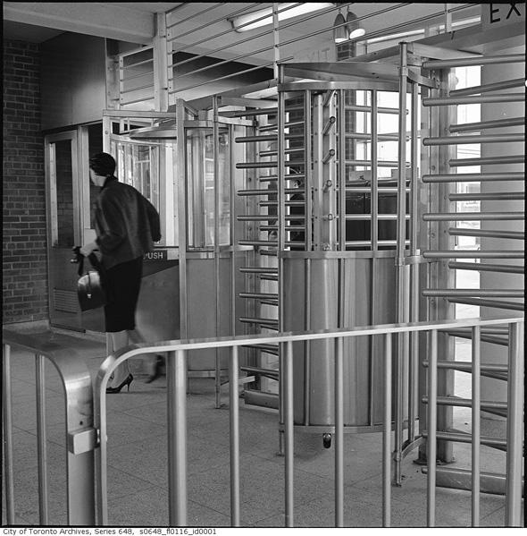 2011318-Eglinto-duplex-entrance-1962-s0648_fl0116_id0001.jpg
