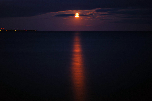 2011320-supermoon-dark_lake.jpg