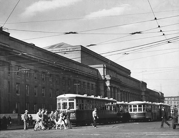 20101214-Street_railway_cars_in_front_of_Union_Station1943.jpg