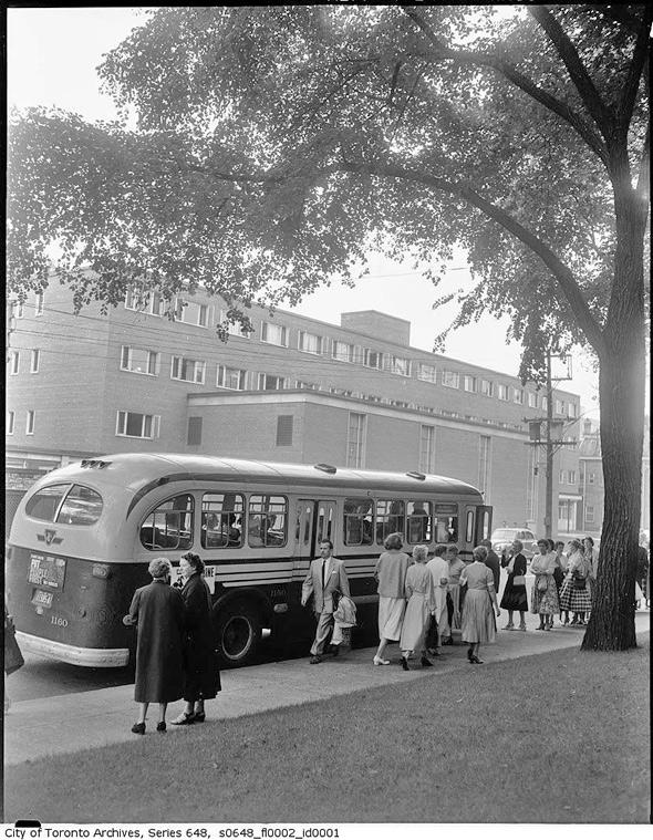 2011513-crowds_buses1957.jpg