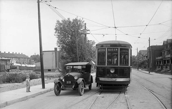 2011528-Toronto_Transit_(Queen-Woodbine).jpg