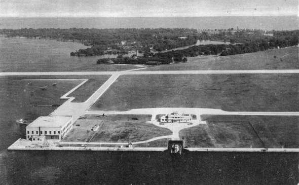 2011721-Island_Airport_and_Centre_Island_Toronto_1944.jpg