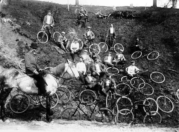 20101227-1900-Cycling_club_in_Toronto.jpg